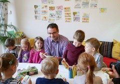 Stefan Geißler mit Kitakindern aus Bergfelde